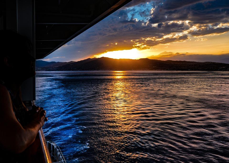 tramonto visto da una nave da crociera