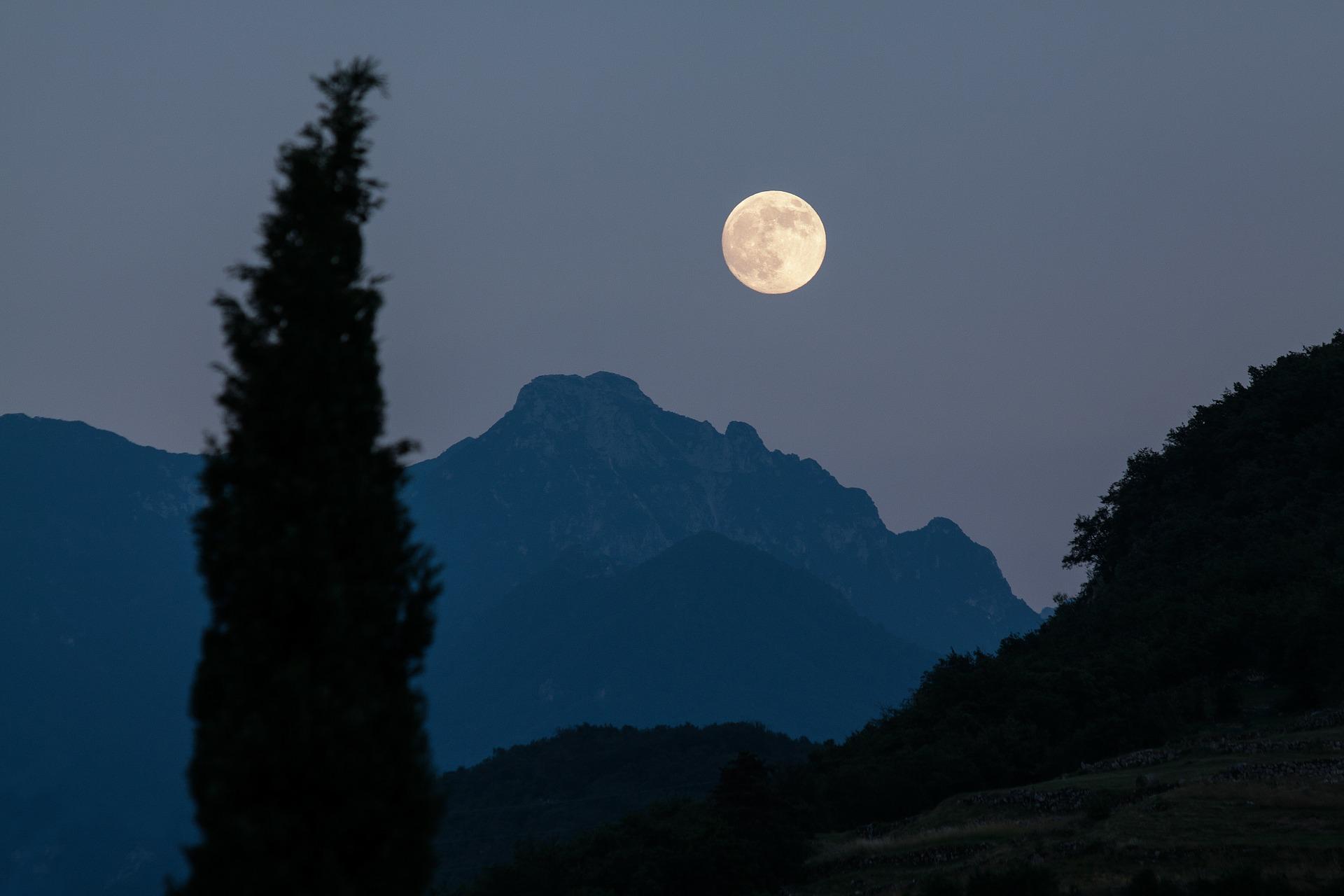 passeggiata sull'etna al chiaro di luna